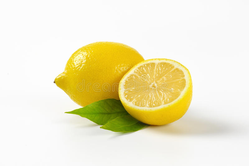 Één en halve citroen stock foto