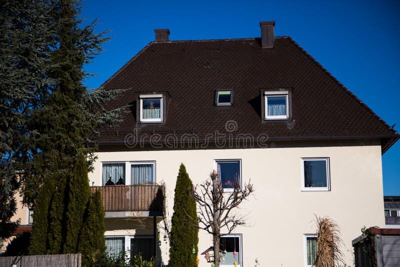 Één-enig huis, blauwe hemel, Duitsland stock foto's