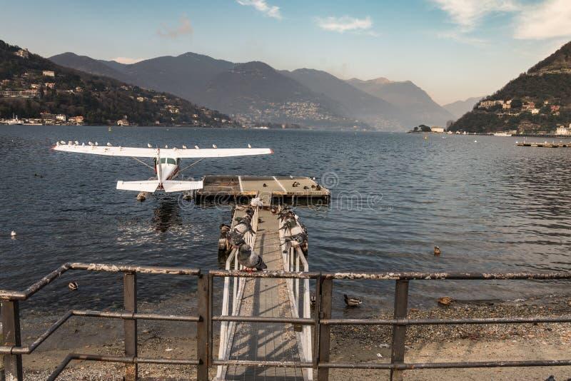 Één enkel watervliegtuig van de motorzuiger wordt vastgelegd bij de pijler stock foto