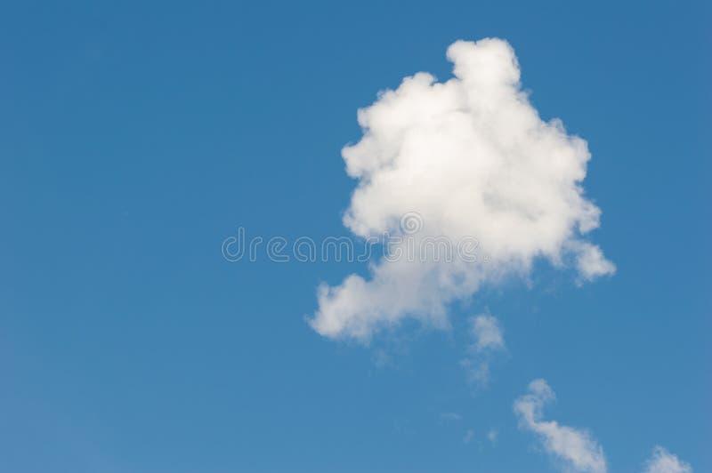 Één enkele witte wolk in de blauwe hemel stock foto's