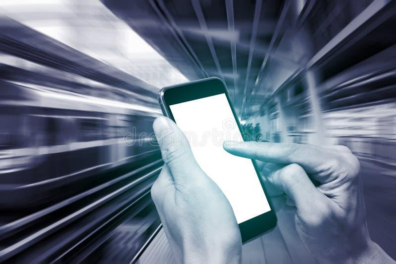 Één gebruikend smartphone bij station royalty-vrije stock foto