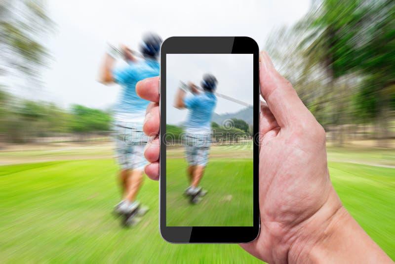 Één gebruikend smartphone in golfcursus stock afbeeldingen