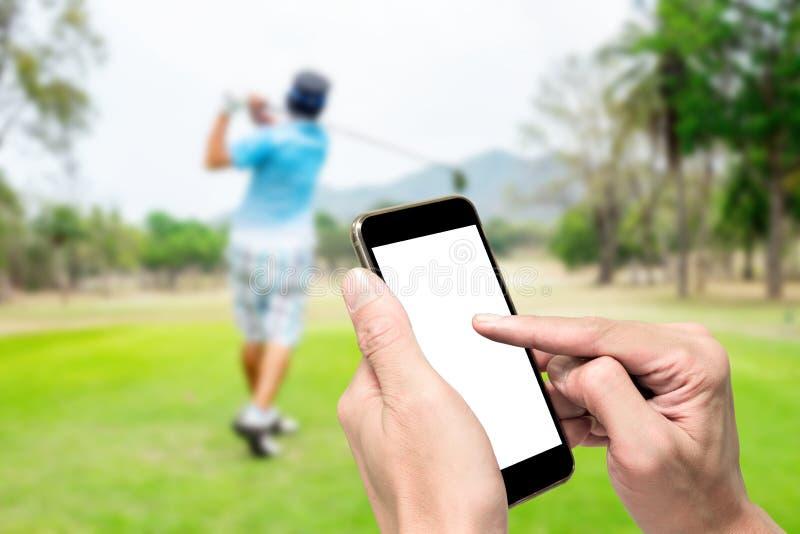 Één gebruikend smartphone wanneer het spelen van golf royalty-vrije stock foto's
