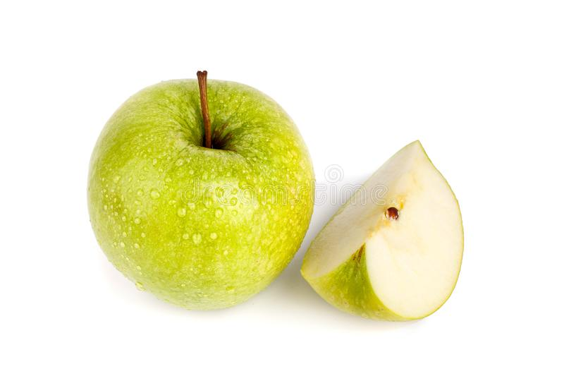 Één geheel groot groen appel en kwart van appel in waterdalingen op witte achtergrond geïsoleerde dicht omhoog macro hoogste meni stock foto's