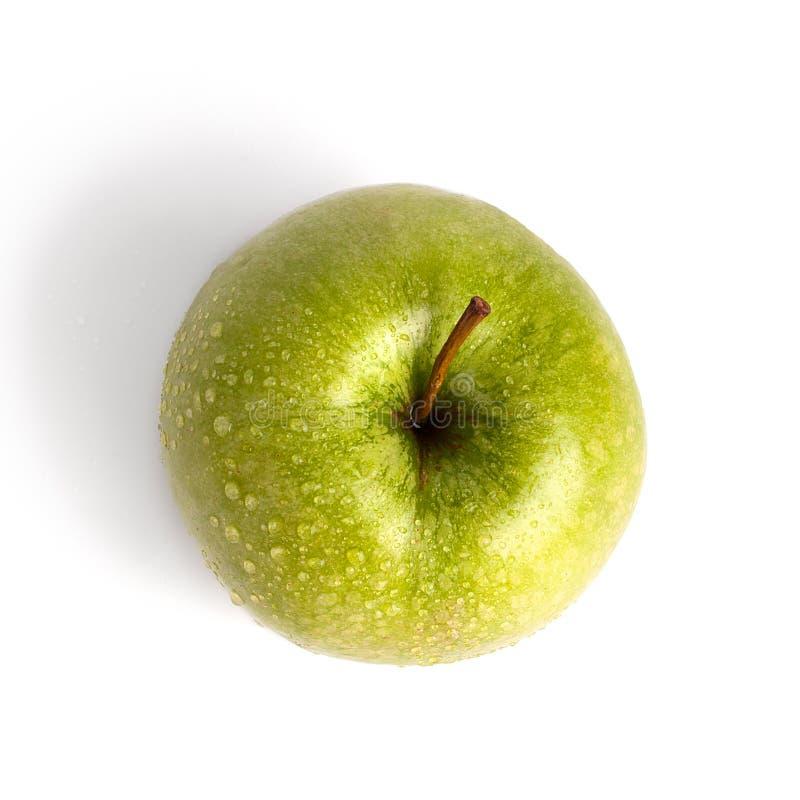 Één gehele grote groene appel in waterdalingen op witte achtergrond geïsoleerde dicht omhoog macro hoogste mening royalty-vrije stock foto's