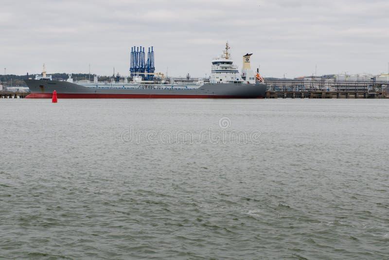 Één groot schip in de haven van Gothenburg stock fotografie