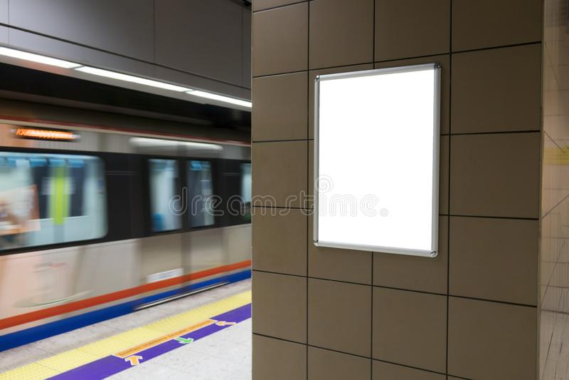 Één groot verticaal/portretrichtlijn leeg aanplakbord in openbaar vervoer stock foto