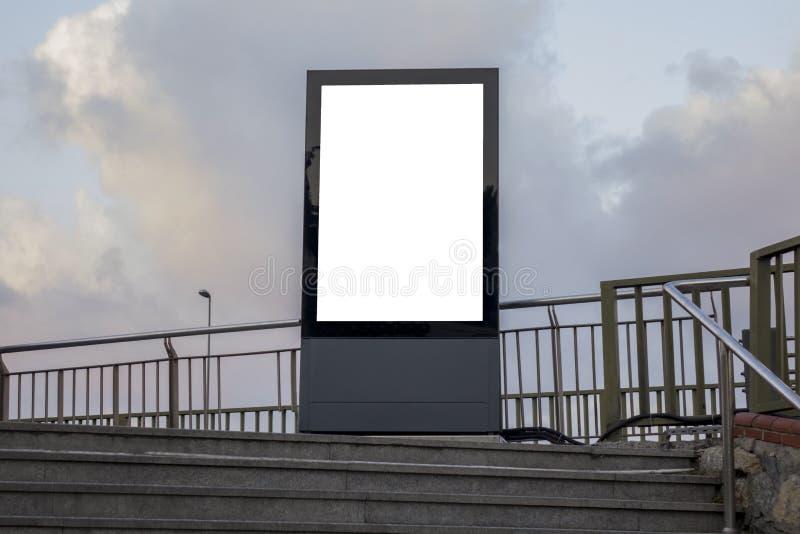 Één groot verticaal/portretrichtlijn leeg aanplakbord in stad royalty-vrije stock fotografie