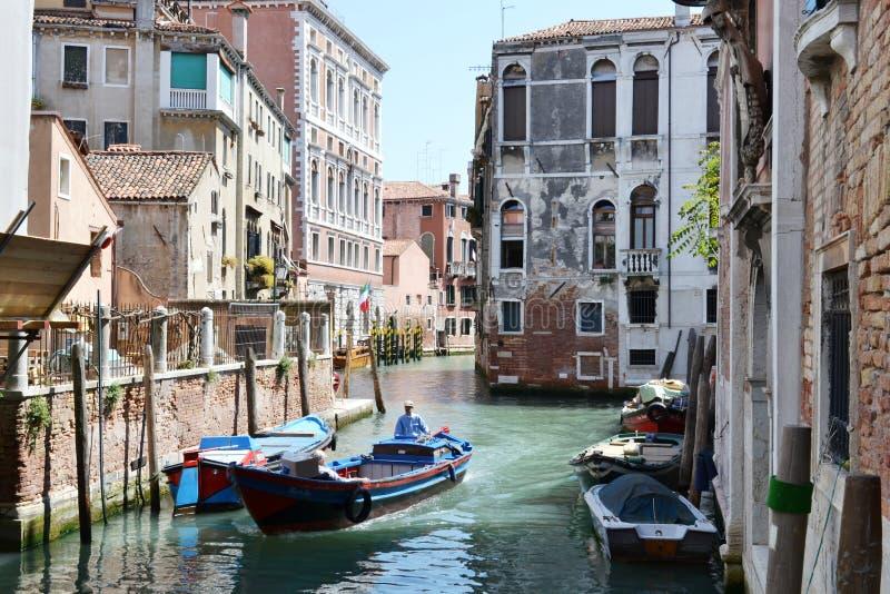 Één grote motorboot beweegt zich in een kanaalstraat van Venetië royalty-vrije stock foto