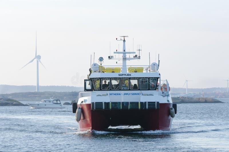 Één grote werkende boot op de manier stock afbeeldingen
