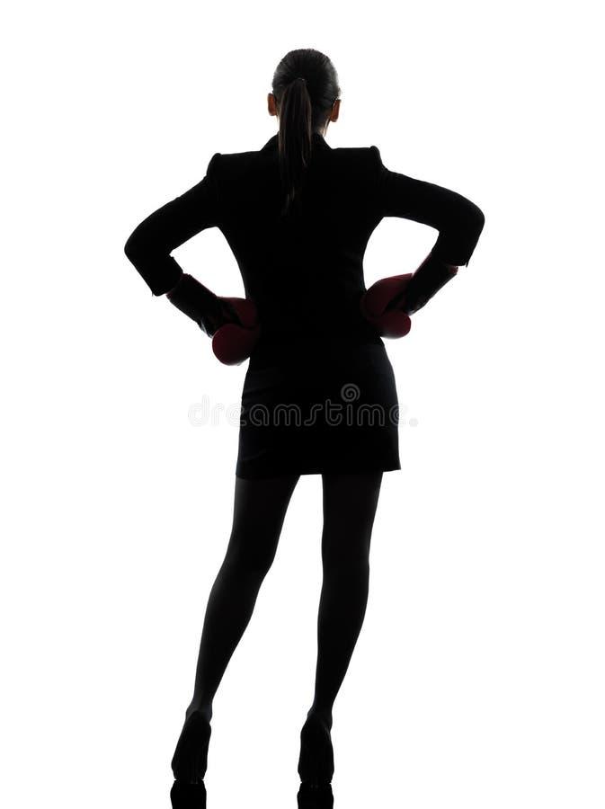 Het bedrijfs vrouw klaar vechten bokshandschoenensilhouet stock foto's