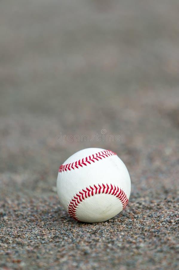 Één honkbal op infield van sportgebied stock foto
