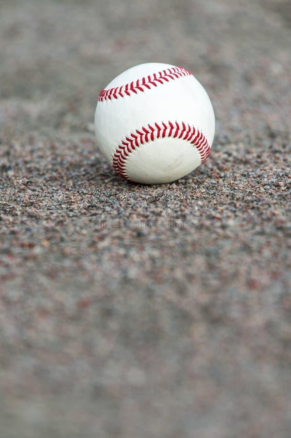 Één honkbal op infield van sportgebied royalty-vrije stock foto