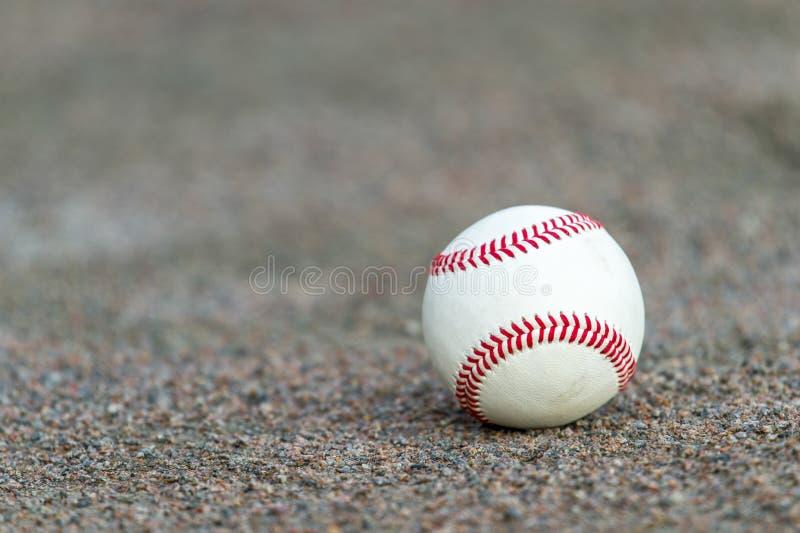 Één honkbal op infield van sportgebied royalty-vrije stock afbeeldingen