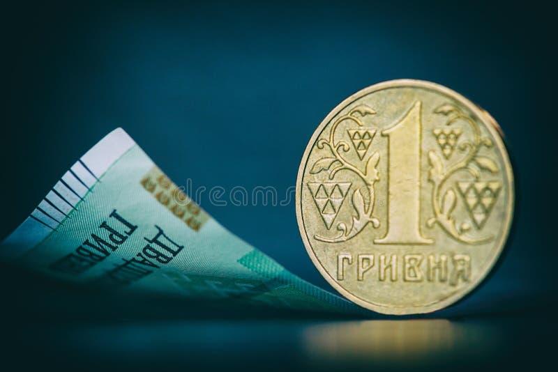 Één hryvniamuntstuk - Oekraïens geld Geïsoleerdd op donkere achtergrond royalty-vrije stock foto's
