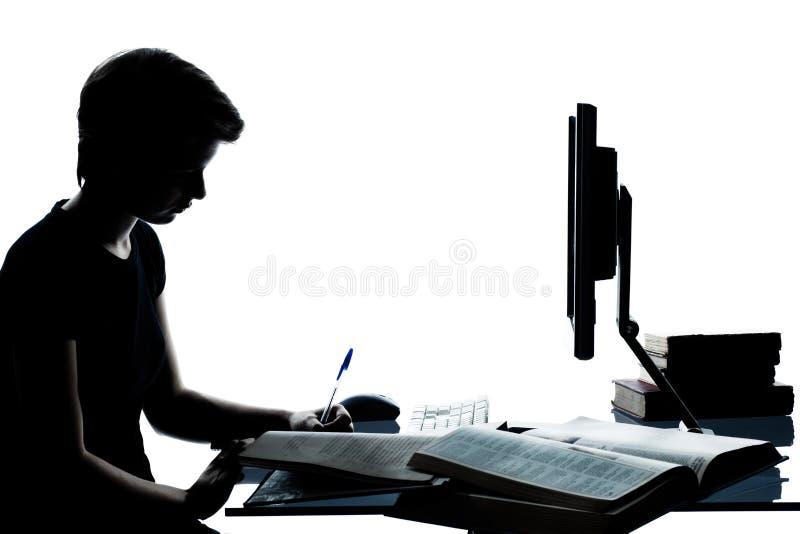 Één jong het meisjessilhouet die van de tienerjongen met computer c bestuderen stock fotografie