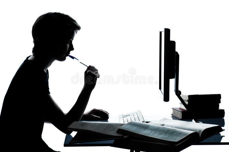 Één jong meisje dat van de tienerjongen met computer bestudeert stock foto