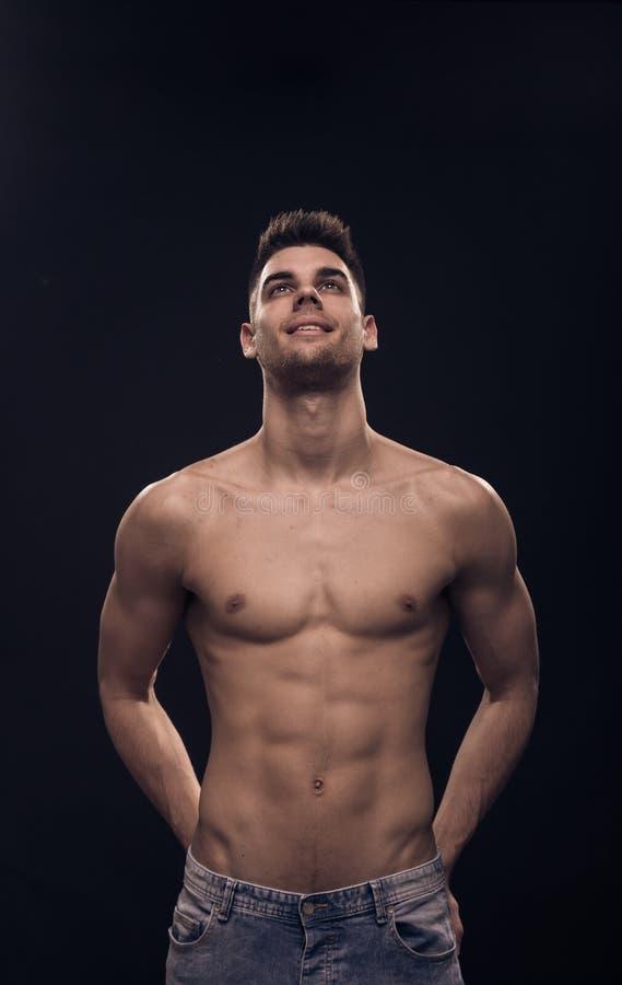 Één jonge mens die boven omhooggaande, shirtless lichaams geschikte abs kijken stock fotografie