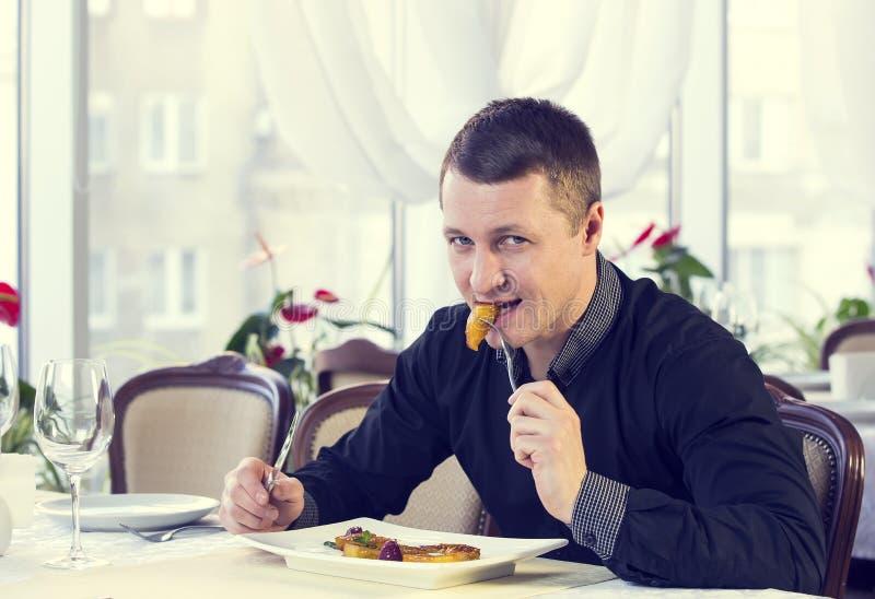 Één jonge mens dineert royalty-vrije stock foto's