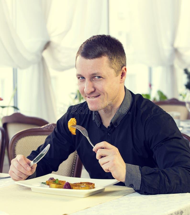 Één jonge mens dineert stock foto