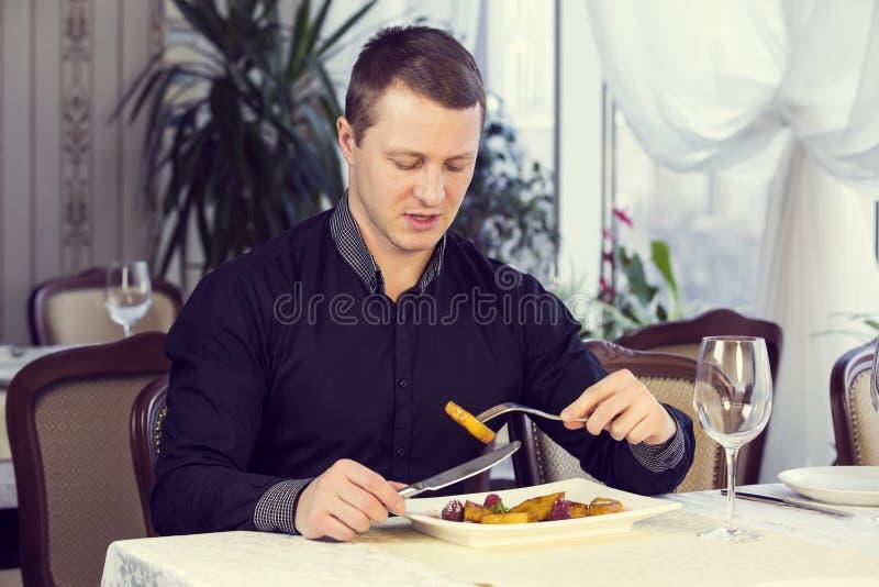 Één jonge mens dineert stock foto's