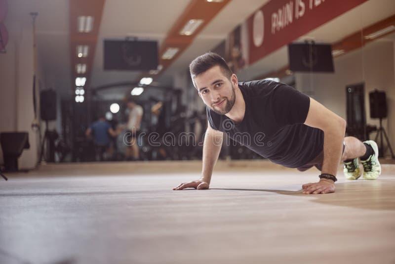 Één jonge mensenduw op oefening op gymnastiekvloer royalty-vrije stock foto's