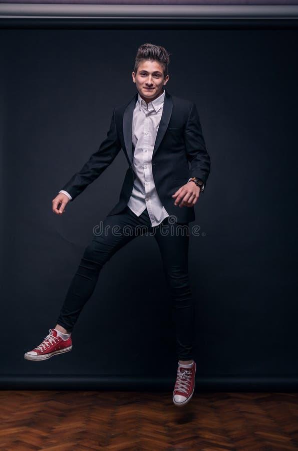 Één jonge tiener, die in lucht springen stock foto's