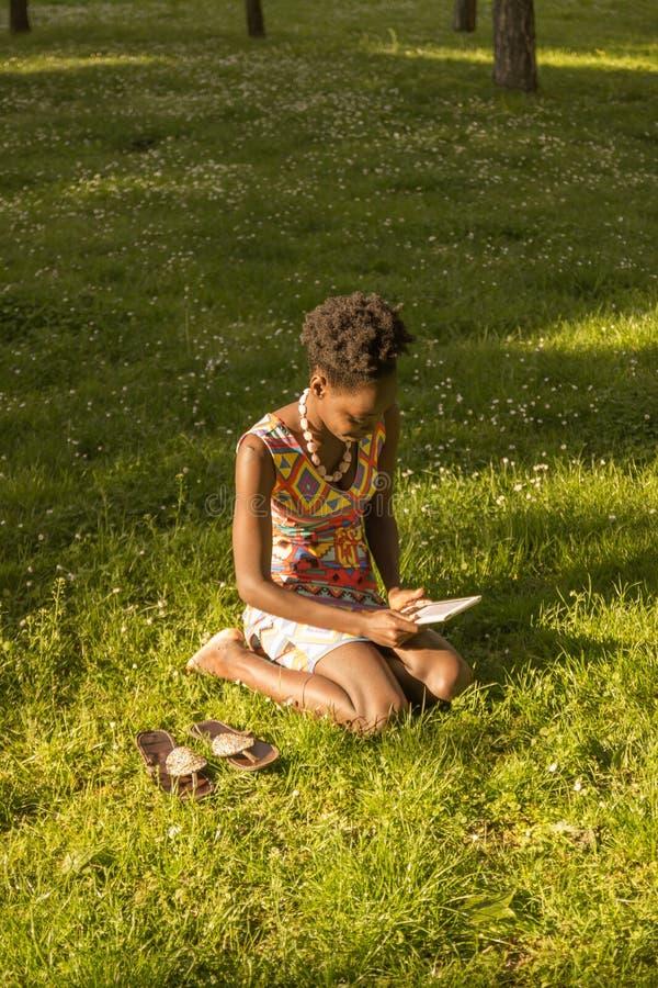 Één, jonge volwassen, zwarte Afrikaanse Amerikaanse vrouw 20-29 jaar, sitt royalty-vrije stock afbeelding