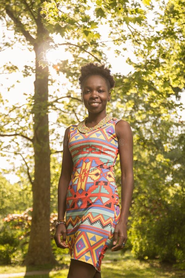 Één, jonge volwassene, 20-29 jaar, zwarte Afrikaanse Amerikaan, vrouw por royalty-vrije stock afbeelding