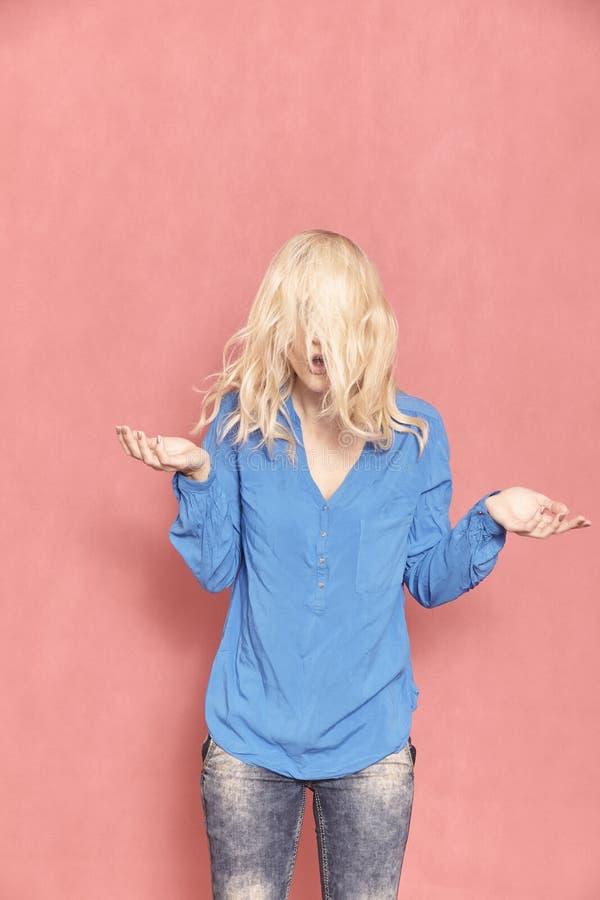 ??n jonge vrouw, jaar 20-29 oud, slordig chaotisch lang blond haar, bijna dolkomisch sinds haar gezicht kan niet worden gezien, w royalty-vrije stock fotografie