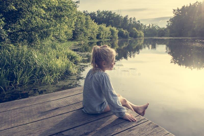 Één klein meisje op houten brug royalty-vrije stock foto's