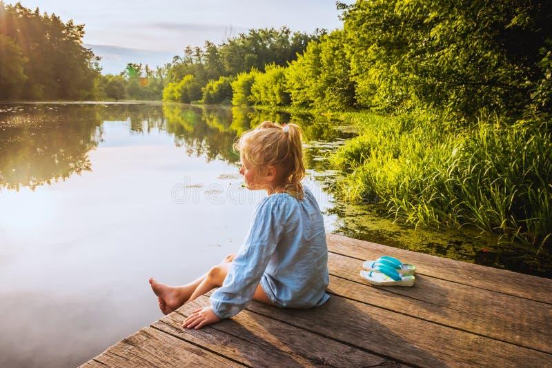 Één klein meisje op houten brug stock foto