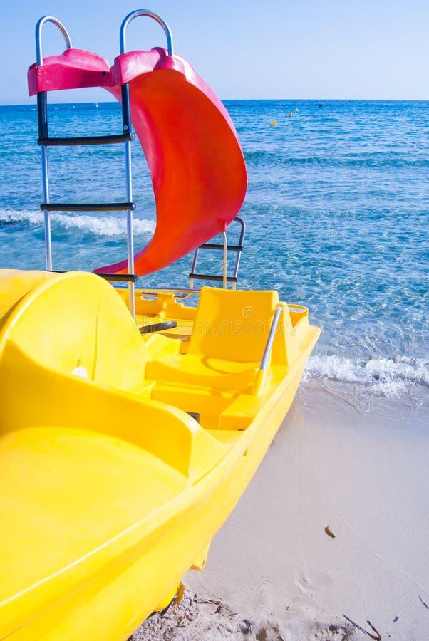 Één kleurrijke pedaalboot met dia stock afbeelding