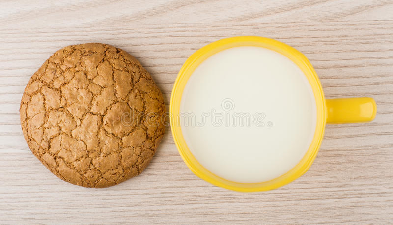 Download Één Koekje En Kop Van Melk Op Lijst Stock Foto - Afbeelding bestaande uit koekjes, drank: 54089236