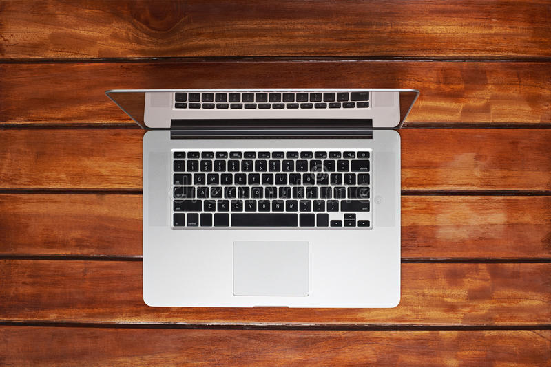 Één laptop op houten lijst stock fotografie
