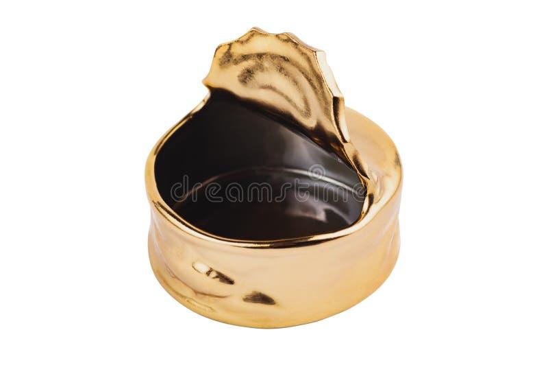 Één leeg gouden ceramisch asbakje voor as en sigaretten in vorm van geopend die tinblik op witte achtergrond wordt geïsoleerd royalty-vrije stock foto's