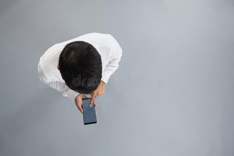 Één mens die smartphone gebruiken royalty-vrije stock afbeeldingen