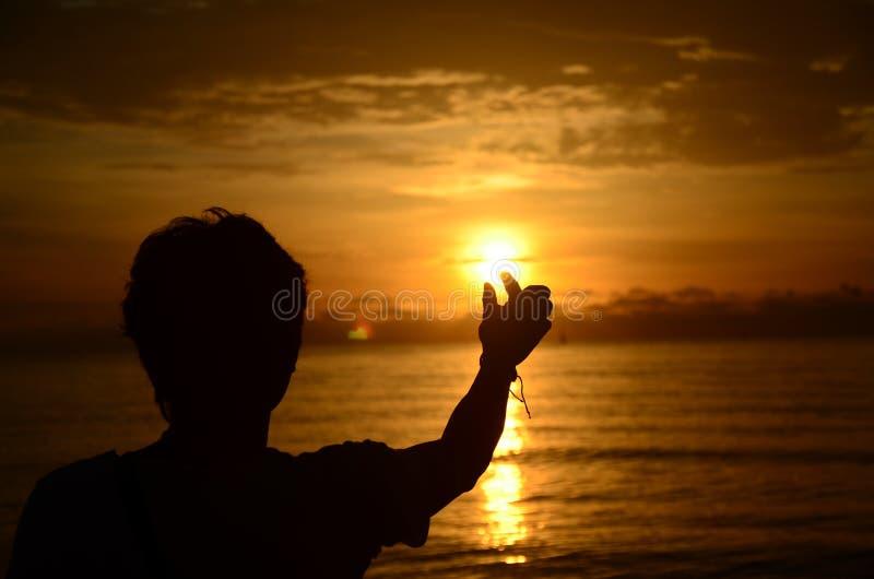 ??n mens en zonsondergangeenzaamheid stock afbeeldingen