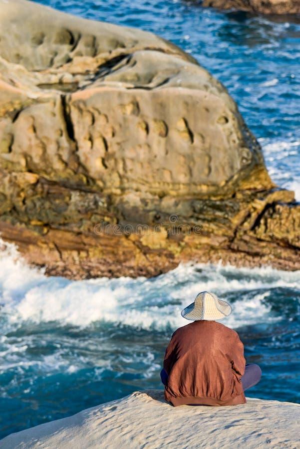 Één Mens tegen de Oceaan royalty-vrije stock afbeelding