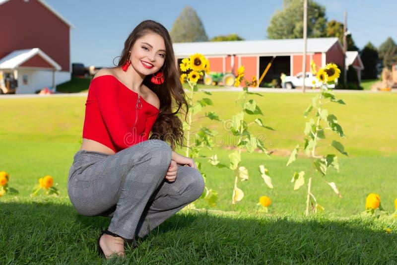 Één mooi vrouwelijk Kaukasisch middelbare school hoger meisje in rode gewassen hoogste sweater stock fotografie