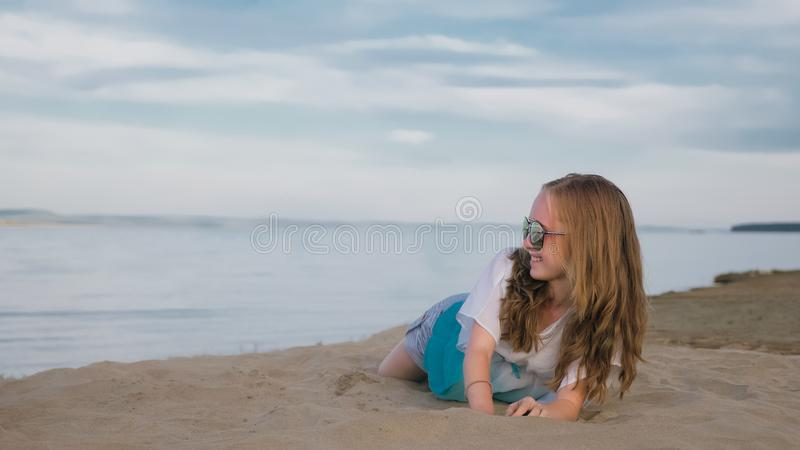 Één mooie tiener met bruin haar buiten op een mooie de zomerdag royalty-vrije stock afbeelding