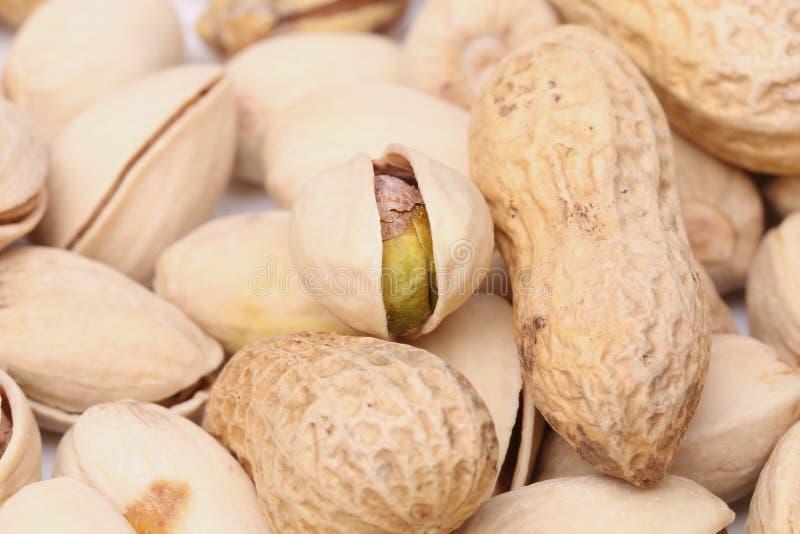 Één open pistache en pinda's stock afbeelding