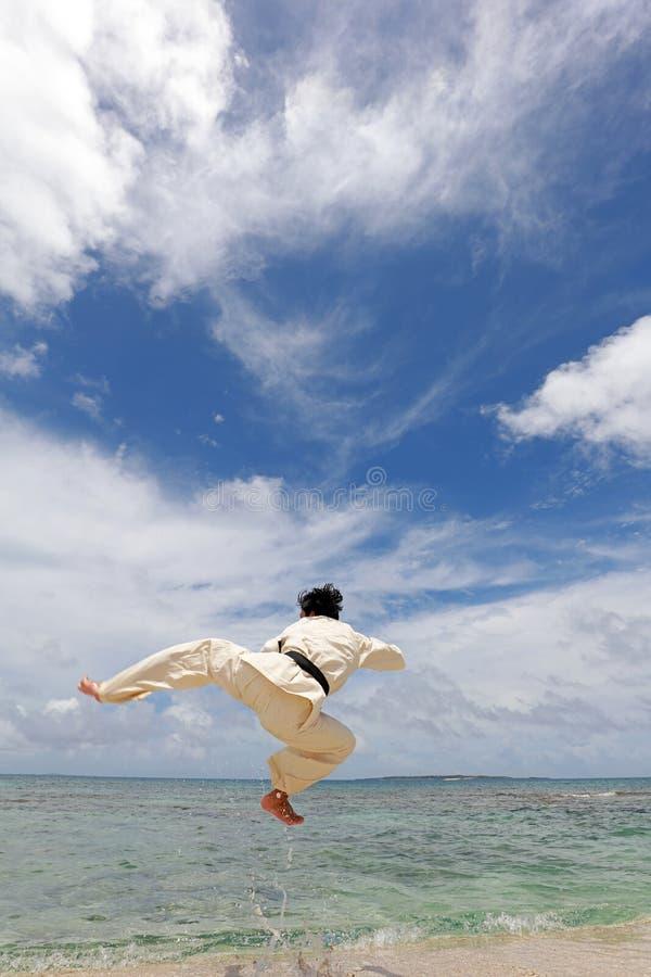 Één opleidende mens van karatekata royalty-vrije stock afbeeldingen