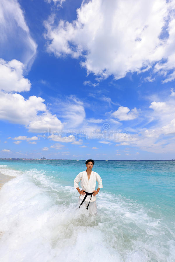Één opleidende mens van karatekata royalty-vrije stock foto's