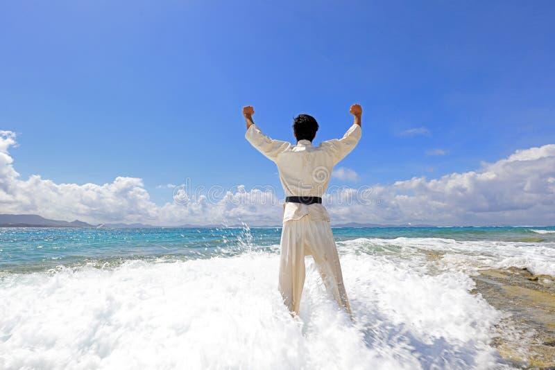 Één opleidende mens van karatekata stock foto