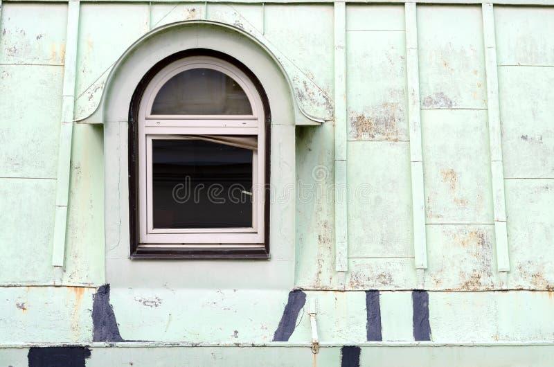 Één oud venster op het dak stock afbeelding