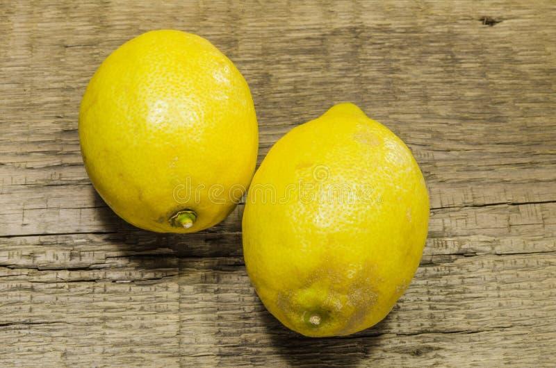 Één paar sappige citroenen stock afbeeldingen