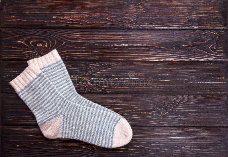 Één paar witte sokken met lichtblauwe strook op een houten achtergrond royalty-vrije stock foto's
