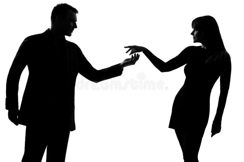 Één paarman die hand in hand uitnodigend vrouw silhouett standhouden stock foto's