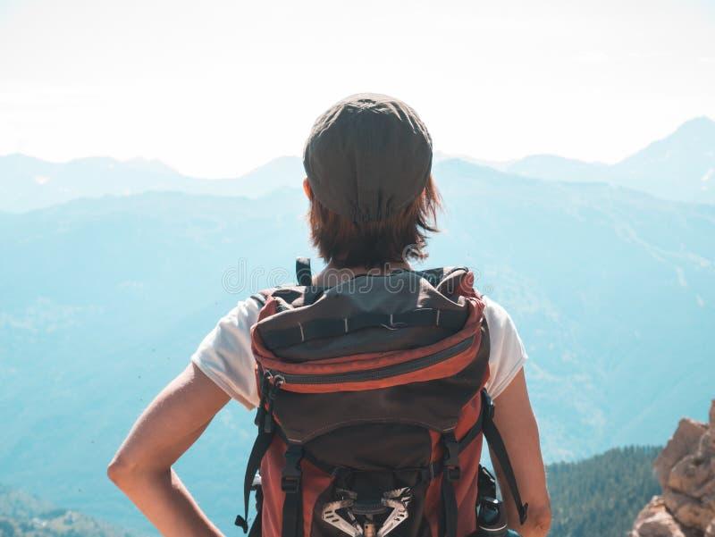 Één persoon die backpacker mening omhoog hoog op de Alpen bekijken Expasivelandschap, idyllische mening bij zonsondergang Achterm royalty-vrije stock afbeeldingen